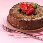 Tarta de Chocolate decorada con Fresas y Arándanos