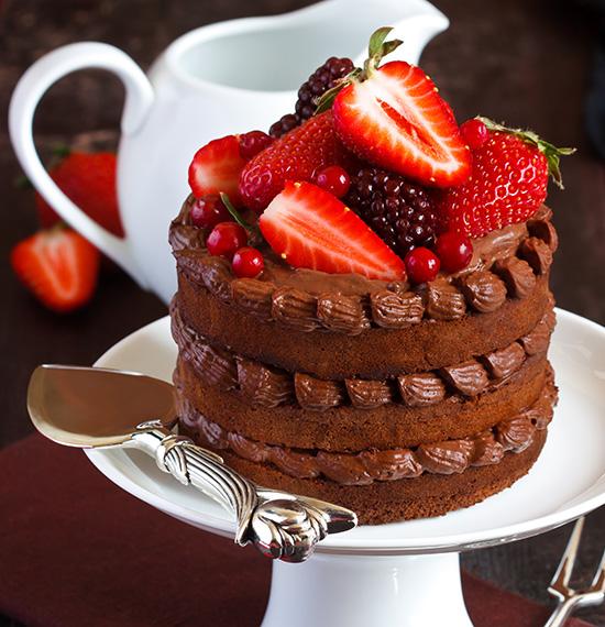 Pastel de Chocolate Esponjoso con Frutos Rojos