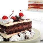 pastel de chocolate, nata y crema de cerezas