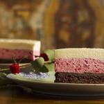 pastel de chocolate y mouse de fresa