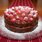 tarta de cumpleanos de chocolate y frambuesas